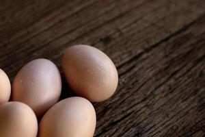 huevos de gallina sobre fondo de madera foto