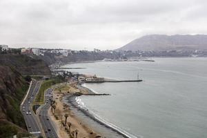 Carretera Panamericana en el distrito de Miraflores, Lima. foto