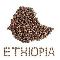 Mapa de Etiopía hecho de granos de café tostados aislado sobre fondo blanco.