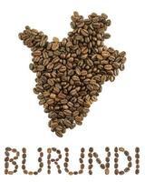 Mapa de Burundi hecho de granos de café tostados aislado sobre fondo blanco.