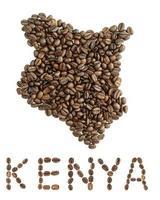 Mapa de Kenia hecho de granos de café tostados aislado sobre fondo blanco.