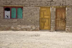 antigua casa de piedra tradicional de bolivia foto