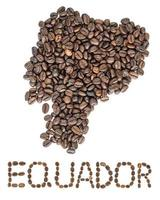 Mapa de Ecuador hecho de granos de café tostados aislado sobre fondo blanco.