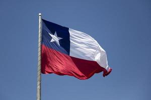 bandera chilena bajo un cielo azul foto