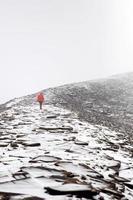 Hombre en la montaña Chalcaltaya en la Cordillera de Bolivia foto
