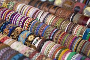Coloridas telas tradicionales bolivianas en el mercado. foto