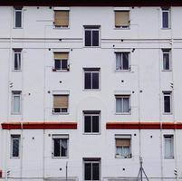 Ventana en la fachada blanca de la casa en la ciudad de Bilbao, España foto