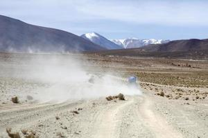 Vehículo de terreno en el desierto de Dalí en la Reserva Nacional de Fauna Andina Eduardo Avaroa en Bolivia