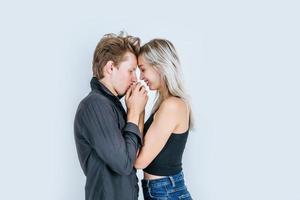 retrato, de, feliz, pareja joven, enamorado, juntos, en, estudio