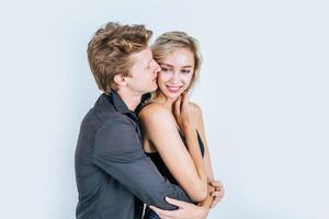 retrato, de, feliz, pareja joven, amor, juntos, en, estudio