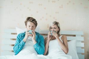 pareja feliz tomando café en la mañana