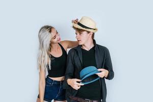 pareja de moda siendo divertida juntos