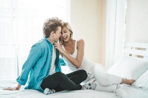 feliz pareja abrazada en el dormitorio