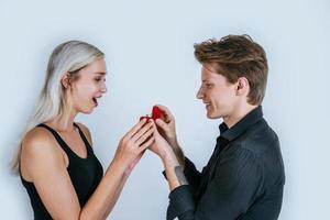 feliz retrato de pareja durante el matrimonio sorpresa