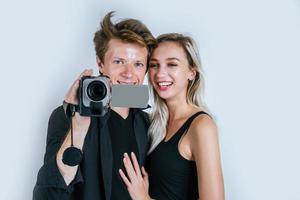 feliz retrato de pareja sosteniendo una cámara de video y grabando un video