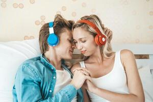 pareja feliz escuchando canciones por la mañana