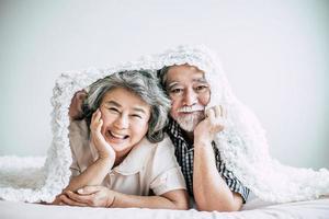 feliz, pareja mayor, reír, en, dormitorio