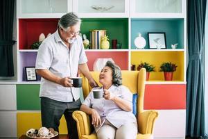 pareja de ancianos juntos en su sala de estar