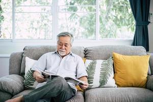 anciano leyendo en la sala de estar