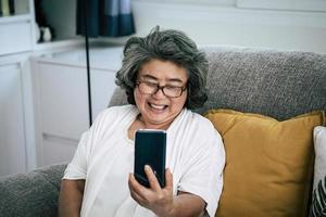 mujer mayor, en, videollamada, con, familia
