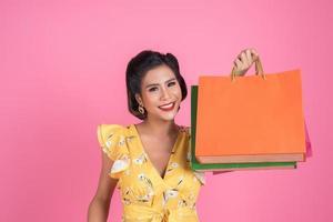 hermosa mujer asiática sosteniendo bolsas de colores