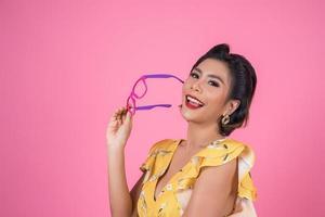 Retrato de mujer de moda con gafas de sol