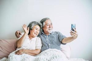 pareja de ancianos usando un teléfono inteligente