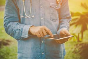 Joven estudiante con tablet pc afuera en un parque