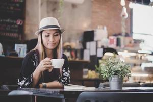 Retrato de mujer de negocios joven tomando café foto