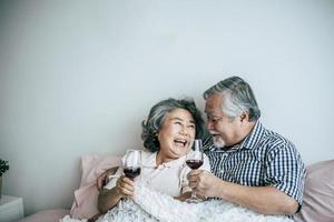 pareja de ancianos disfrutando de su aniversario en el dormitorio