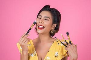 retrato de una mujer con pincel de maquillaje