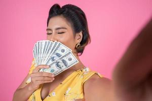 feliz, mujer de moda, tenencia, dinero