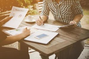 empresarios discutiendo durante una reunión con análisis foto