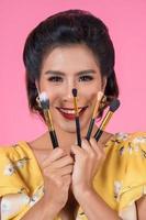 retrato de una mujer con pinceles de maquillaje