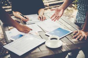 Grupo de empresarios con gráficos de informes de marketing. foto