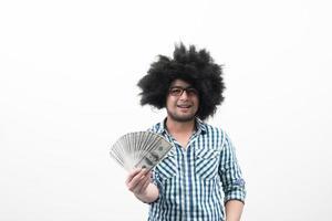 hombre con dinero aislado sobre fondo blanco foto