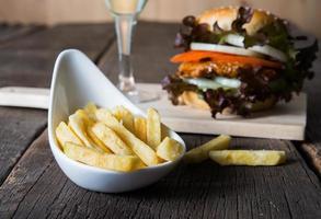 Close-up de papas fritas con hamburguesa de pollo casera