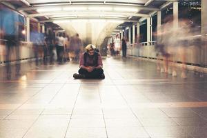 Hombre barbudo hipster sentado en el suelo mientras viaja de noche foto
