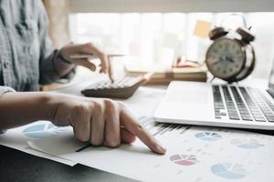 persona mirando gráficos en un escritorio foto