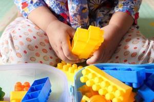 niño jugando con bloques de construcción foto
