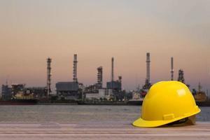 casco de seguridad con sitio de construcción en el fondo foto