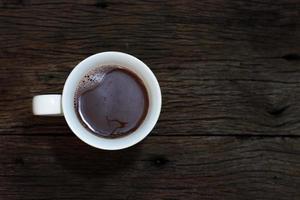 café sobre fondo de madera vista superior