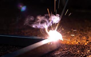 proceso de soldadura con luz de chispa