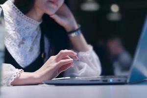 mujer trabajando en una computadora foto