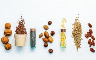 fuentes de alimentos omega 3 con pastillas de aceite de pescado foto