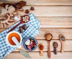 Vista superior de los ingredientes para cocinar con hierbas y especias. foto