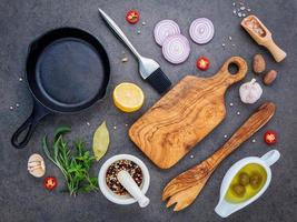 sartén con tabla de cortar e ingredientes