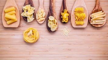 pastas variadas en cucharas de madera foto