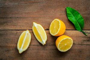 Limones en rodajas sobre un fondo de madera rústica foto