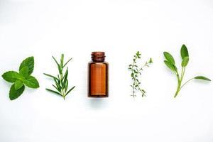 aceite esencial de hierbas frescas foto